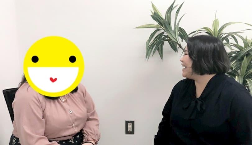 カウンセラーと談笑する女性