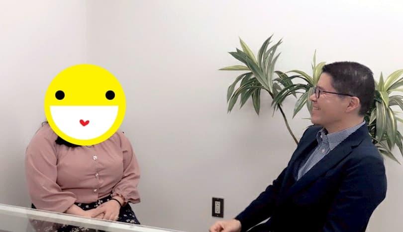 男性カウンセラーと談笑する女性