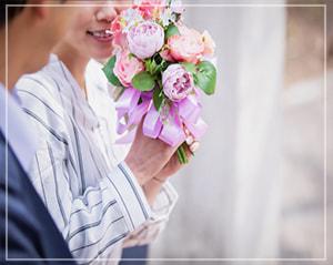 花束を貰って喜ぶ